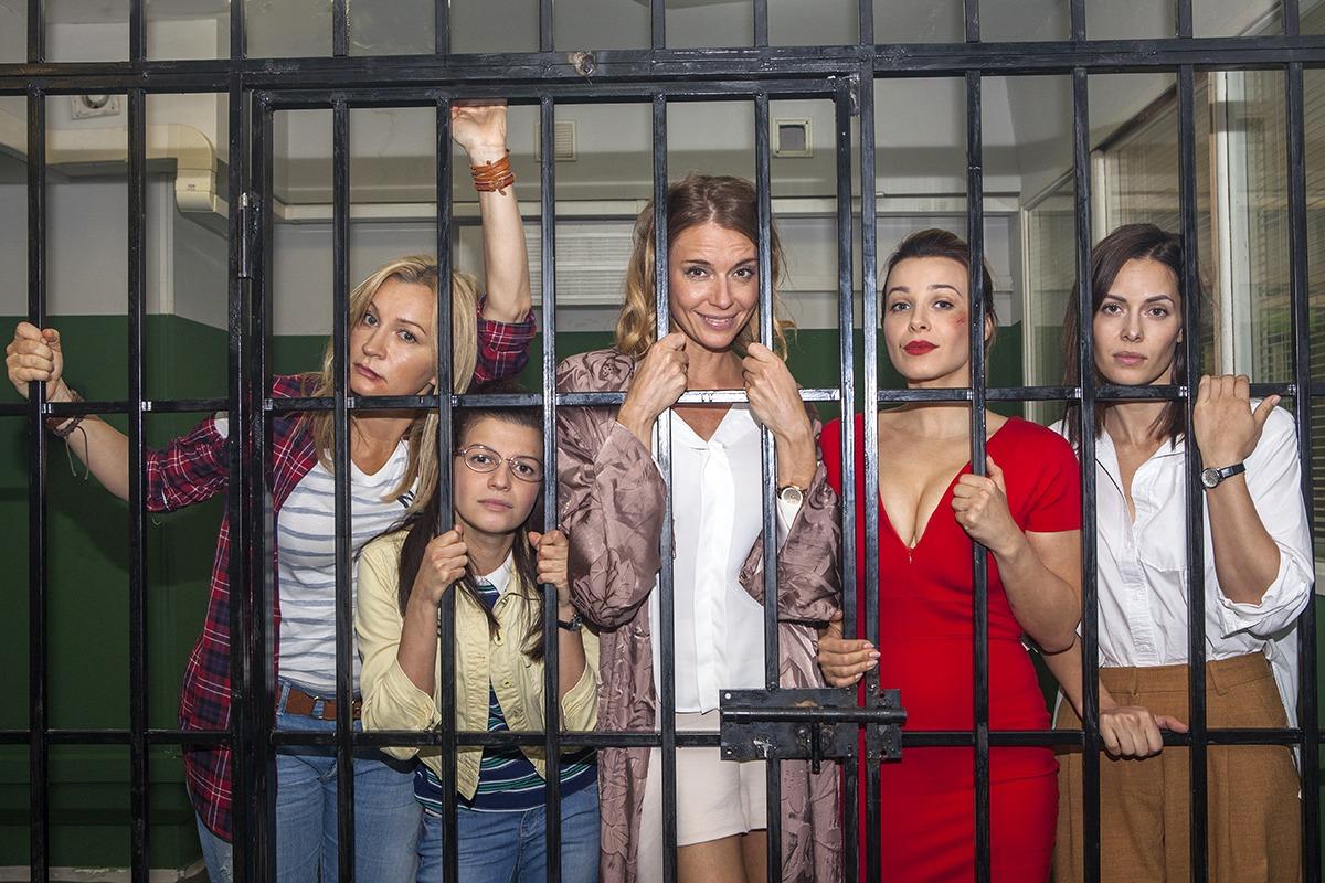 Девочки не сдаются (сериал, 2018) - СТС.jpg